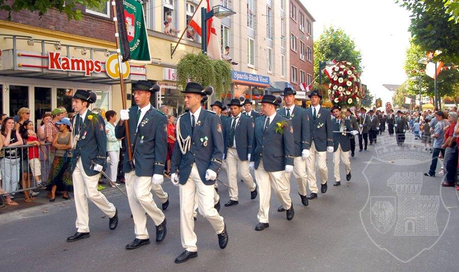 Kirmessonntag 2005 auf dem Hinweg durch die Breite Straße.