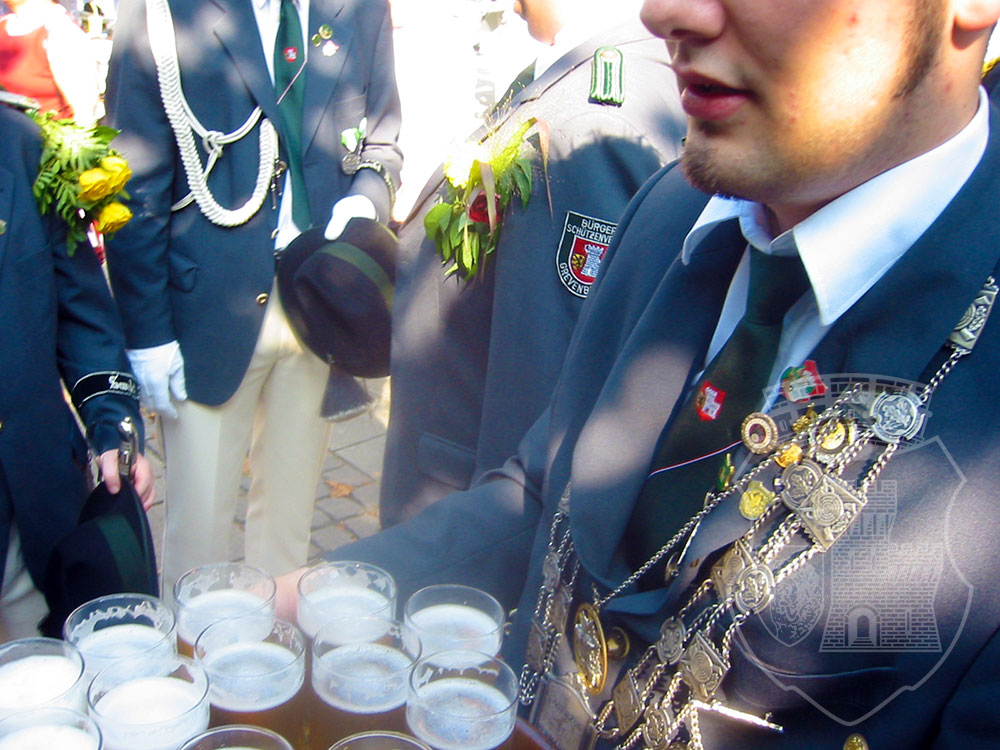 Gaaaanz wichtig: Die Erfrischungen vor der Parade!