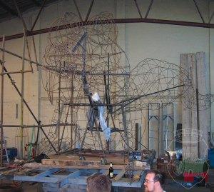Das Drahtgeflecht der Scrat-Fackel mit der im Bau befindlichen Mechanik.