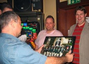 Überreichung des Zugfotos 2007 an den Anno-Wirt Jochen.