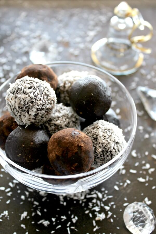 Dairy & Sugar Free Almond Chocolate Truffles. These are perfect for special occasions. A healthy dessert that's quick & easy to make. Your guests will LOVE these! | berrysweetlife.com