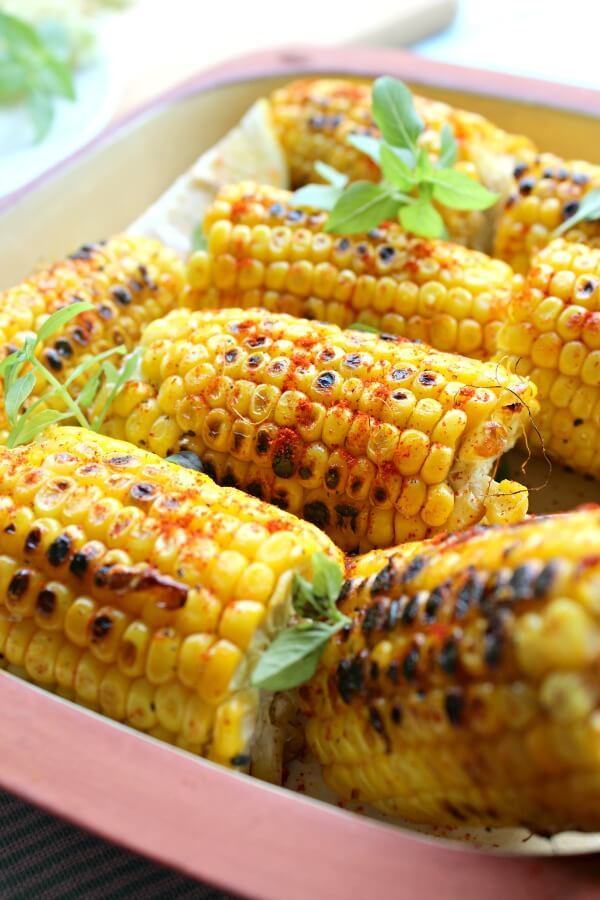 Charred Paprika Turmeric Corn Cobs. 14 minutes, sweetcorn, spices & a frying pan is all you need to make this delicious side dish that everyone will love! | berrysweetlife.com