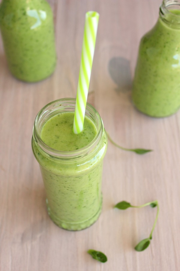 5 Minute Spinach Apple Green Smoothie. 6 Ingredients & 5 minutes to this delicious, fresh, healthy smoothie, packed with greens & wholesome goodness! | berrysweetlife.com