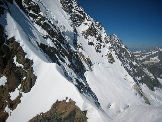 Peu avant la chute de pierre qui nous fait basculer dans une autre réalité ; contradiction étonnante, il s'agit peut-être de l'une des plus belles photos de haute montagne dont je dispose....