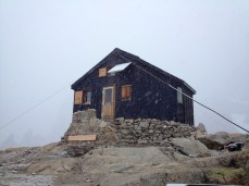 Mauvaise nouvelle. La météo se dégrade rapidement et la neige s'abat sur le bivouac et les montagnes environnantes.