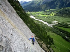 La dalle de l'Amône dans le val Ferret. 400 mètres de dalle sur un rocher ... moyen avec des protections ... espacées. Heureusement le cadre est chouette.