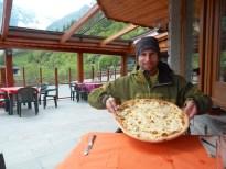 Pizza italienne généreuse après une belle journée en altitude