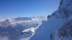 Sommet du couloir. Les pentes en contrebas sont vierges : normal, c'est le royaume du ski extrême !
