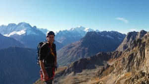 Nathan sur l'arête avec le massif du Mont Blanc en fond