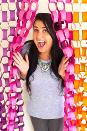 DIY-Paper-chain-backdrop-photobooth-backdrop-inspiration-Main