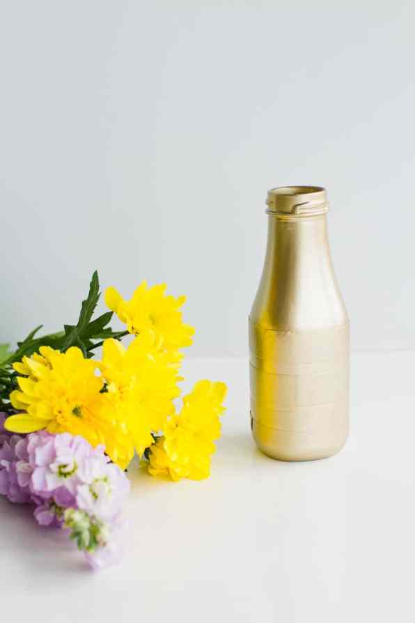 DIY metallic gold bronze spray painted bottle tutorial wedding decor