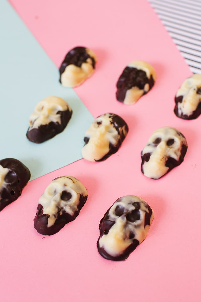 marble-chocolate-skulls-halloween-candy-diy-tutorial-recipe-favours-day-of-the-dead-white-dark-chocolate-13