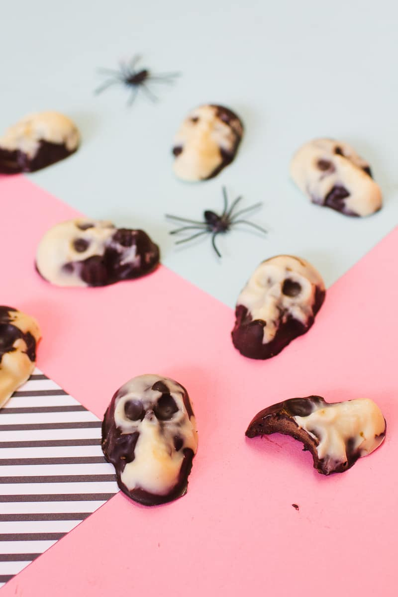 marble-chocolate-skulls-halloween-candy-diy-tutorial-recipe-favours-day-of-the-dead-white-dark-chocolate-17