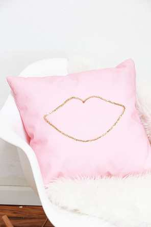 60+VALENTINES-DAY-GIFT-DIY'S-FOR-YOUR-GAL-PALS-NO-SEW-SEQUIN-LIP-PILLOW