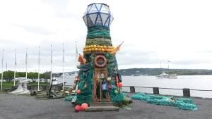 """""""Ocean Hope"""" der Leuchtturm aus maritimen Müll macht vor dem Norwegischen Seefahrtsmuseum auf ein globales Umweltproblem aufmerksam."""