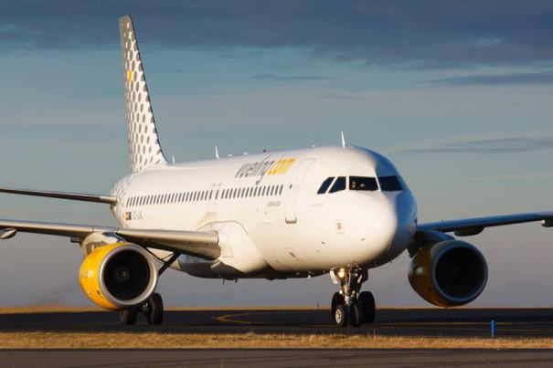 A320 Vueling taxis to terminal