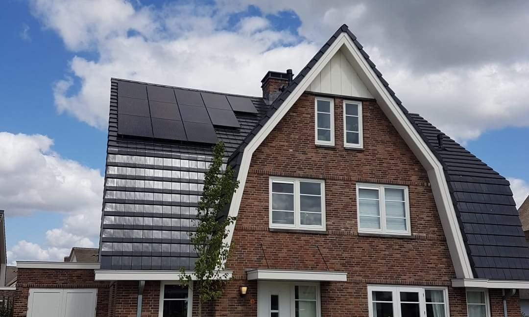 Groot huis met zwart dak