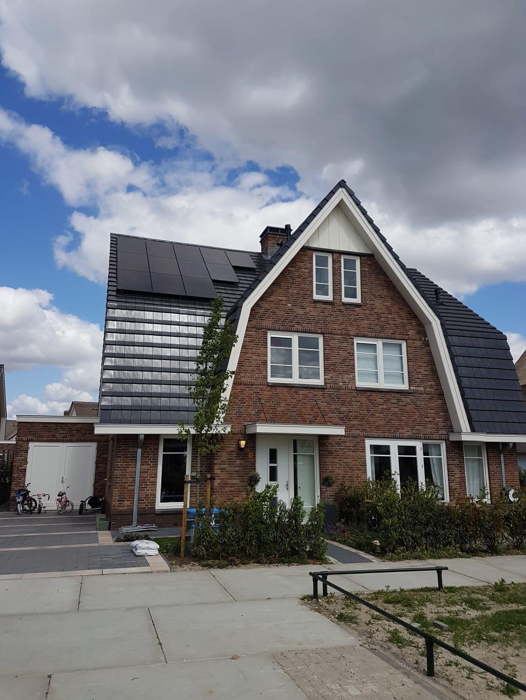 groot huis met zonnepanelen
