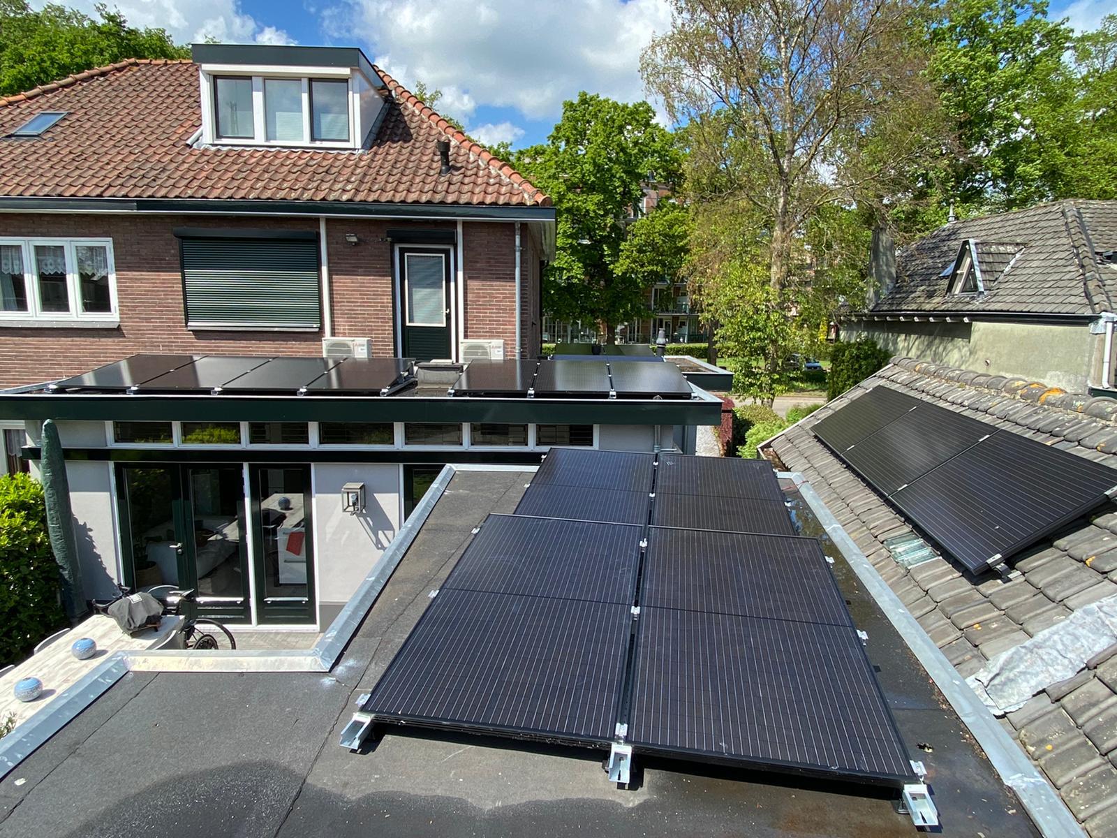 Plat dak met zonnepanelen