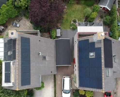 Dronebeeld vogelvlucht zonnepanelen oost west dak