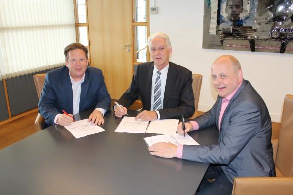 De heer Nico van Beek (directeur) en de heer Piet Coenraad (verkoopleider) namens De Burgh en Leo la Gro van Allmotive B.V. tekenen de contracten