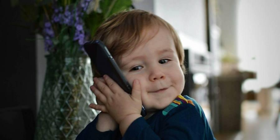 baby met smartphone