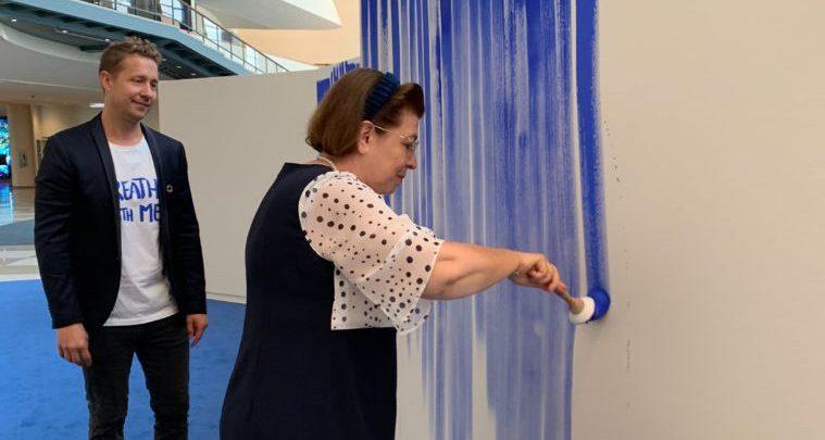 Η υπουργός Πολιτισμού ζωγράφισε τις γραμμές της αναπνοής της στο«Breathe with Me»