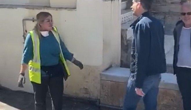 Δημοτική υπάλληλος στην Αθήνα βρήκε 19.000 ευρώ και τα παρέδωσε στην αστυνομία (vid)