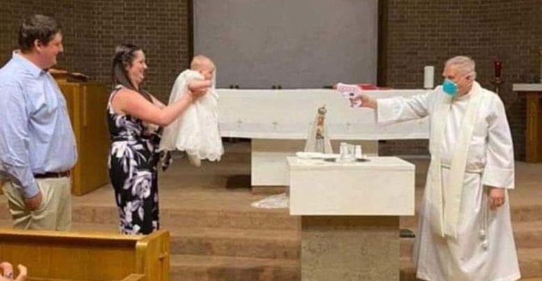 Κοινωνικά αποστασιοποιήμενη βάπτιση με νεροπίστολο