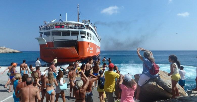 Σίκινος: Όμορφο έθιμο αποχαιρετισμού στους τελευταίους τουρίστες με βουτιές στο λιμάνι (vid)