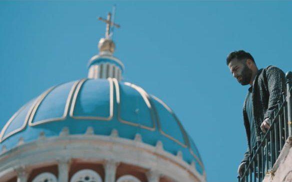 «Περνάς καλά»: Ο Γιάννης Σολάρης ερμηνεύει Γιάννη Πλούταρχο