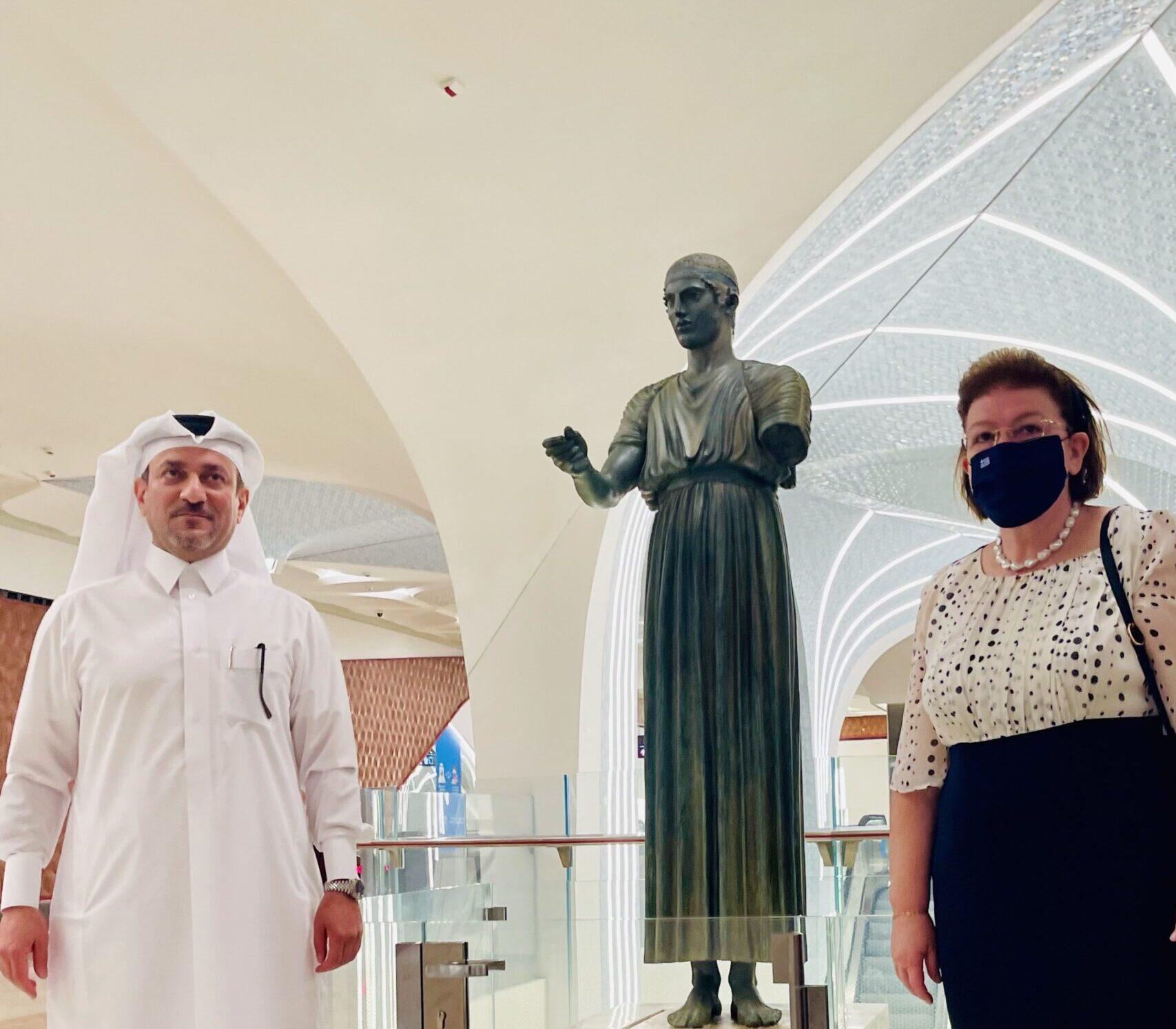 Ο Ηνίοχος των Δελφών στο διεθνές αεροδρόμιο της Ντόχα