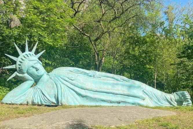 reclining liberty άγαλμα της ελευθερίας