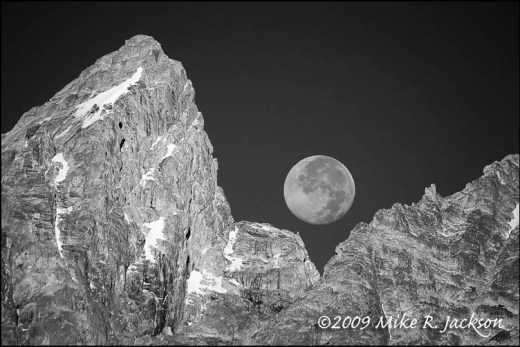 Setting_Moon_BW_2008