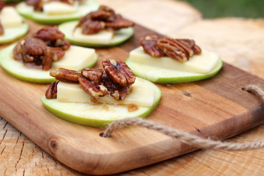 Green Apple Slices with Arla Havarti & Roasted Caramel Pecan Topping bestofthislife.com