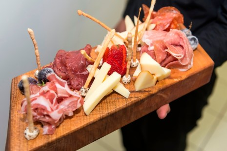 Wood board with DOP imported meats and cheeses (Photo: Photagonist)