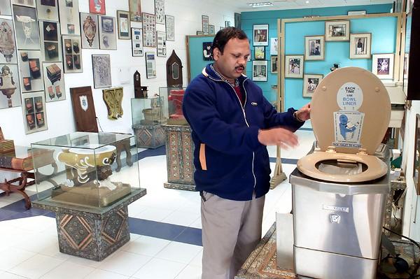 https://i2.wp.com/www.bestourism.com/img/items/big/390/Museum-of-Toilets-in-New-Delhi-India_Toilets-Museum_1727.jpg