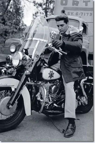 Elvis sobre moto da polícia na gravação de Kid Galahad, filme de 1962
