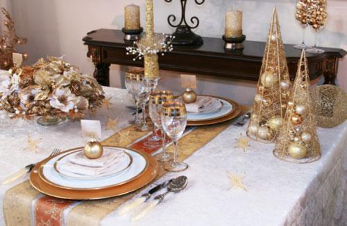 Come apparecchiare la tavola a Natale con accessori dorati
