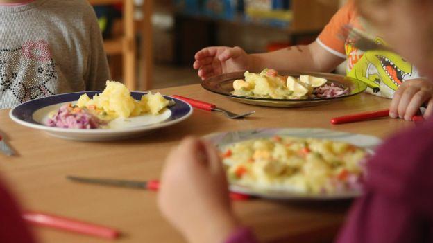 Finlandiya'daki okulların küçük çocuklara besleyici öğünler sunması bir zorunluluk.