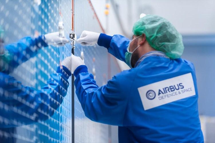Airbus, leiden. Laatste fase en controle voor verscheping van de solar arrays voor de Bepi Colombo bij Airbus Defence and Space Netherlands in Leiden.