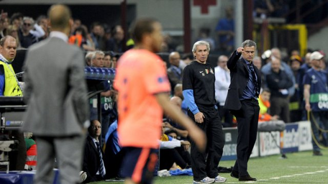 Jose Mourinho points at Pep Guardiola during the first leg between Inter and Barcelona