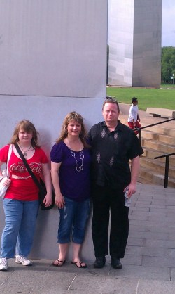 Leah, Beth and Ray Jones at arch, St Louis