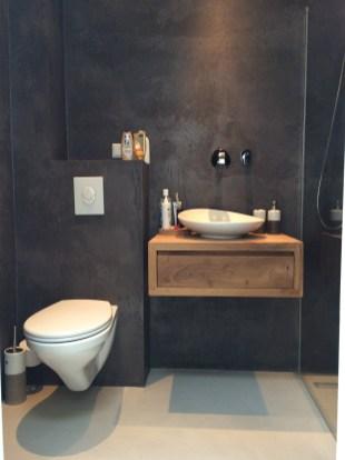 Beton Ciré in de badkamer: Donkere muur