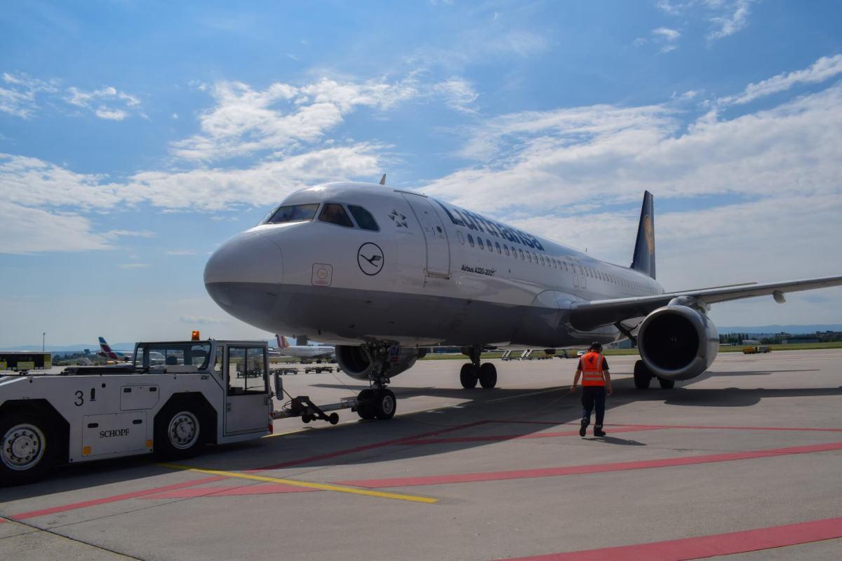 Lufthansa A320 auf dem Rollfeld am Stuttgarter Flughafen
