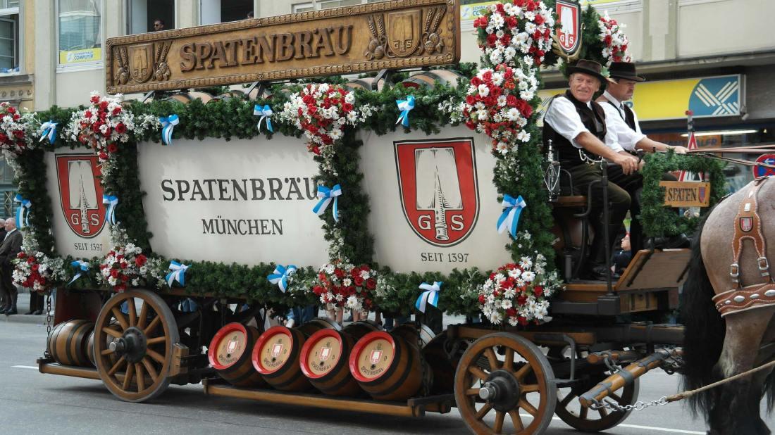 Ein Umzugswagen mit Oktoberfestbier-Fässern