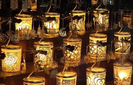 Handgefertigte Kerzenhalter wie diese bringen eine tolle Weihnachtsatmosphäre in Ihr Zuhause