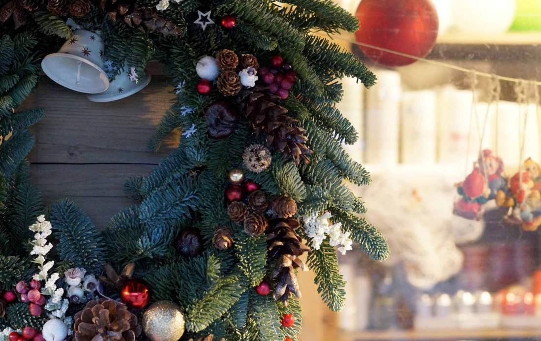 Weihnachtsdekoration Festlich geschmückte Holzhütten
