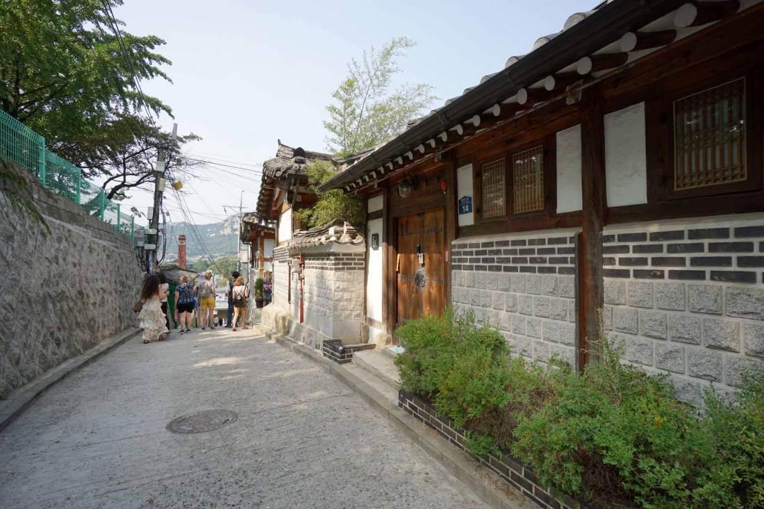 Traditionelle Häuser prägen das Stadtbild des Bukchon Viertels in Seoul. In diesen Häusern leben noch heute einige Koreaner.