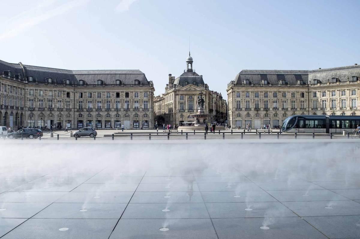 """Der weltbekannte Wasserspiegel """"Miroir d'eau"""" auf dem Place de la Bourse in Bordeaux"""